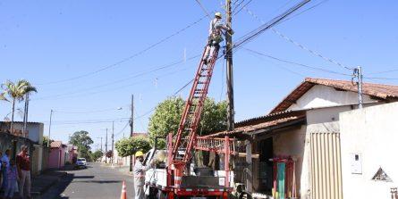Ruas de quatro bairros passam por troca de lâmpadas
