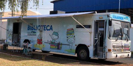 Ônibus biblioteca volta atender a população e estaciona nesta segunda-feira (17) no bairro Segismundo Pereira